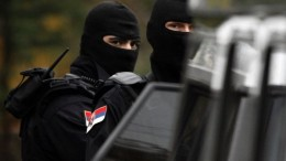 Members of Serbian special police unit secure the area around the family apartment of the most wanted war crimes suspect Ratko Mladic in Belgrade December 4, 2008. Police searched several locations across Serbia on Thursday looking for former Bosnian Serb war-time general Mladic, a source in the war crimes prosecutor's office said. REUTERS/Marko Djurica  (SERBIA)